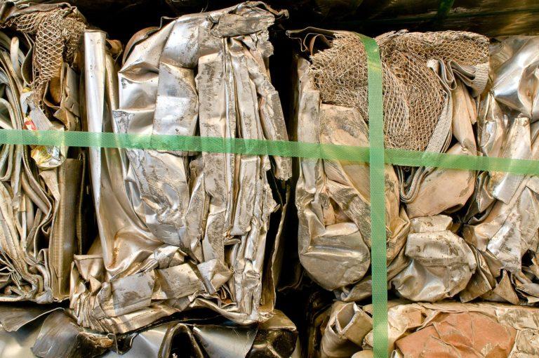 Vários pedaços de alumínio prensados