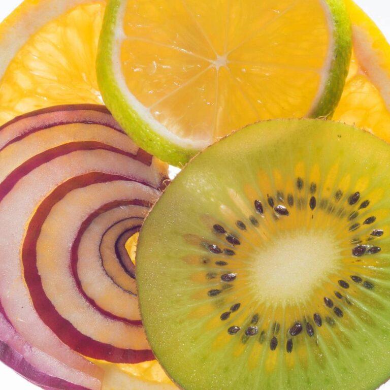 Fatias de frutas e cebola sobrepostas e retroiluminadas