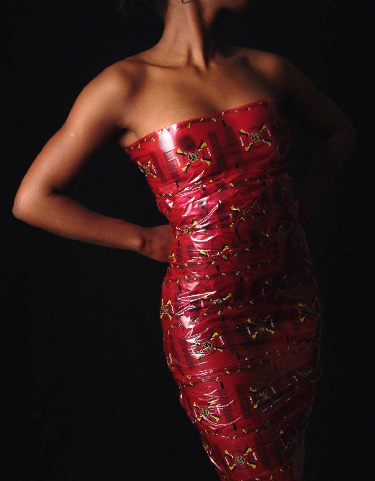 silhueta de mulher negra vestida com celofane utilizado na embalagem do bombom sonho de valsa