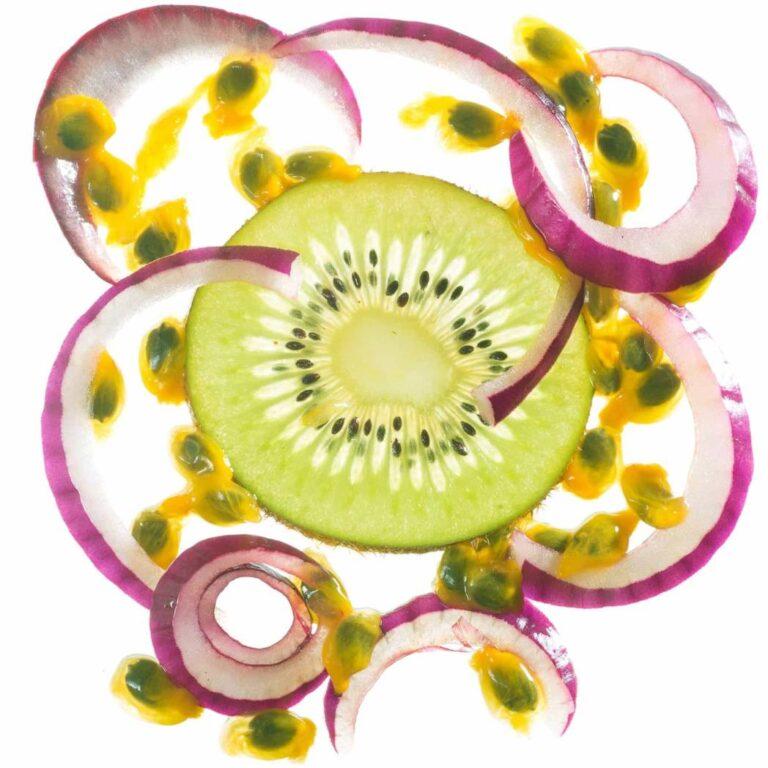 Fatia de kiwi e fatias de cebola retroiluminadas