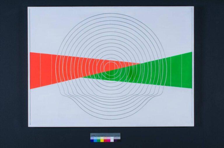 obra de alumínio pintado, círculos concêntricos prateados, traspassados por um triângulo vermelho e um triângulo verde, espaço infinito 1970, Yutaka Toyota
