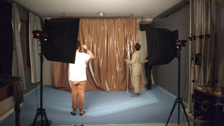 pessoas em estudio trabalhando na montagem de set de iluminação e fotografia