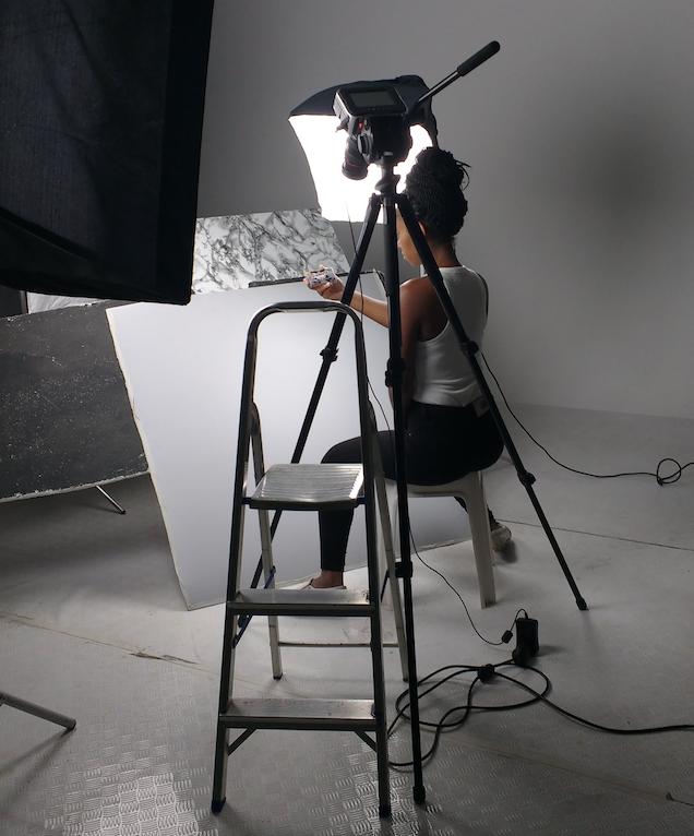 set com iluminação, câmera, rebatimentos e modelo demonstrando o produto