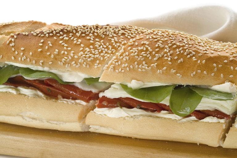 sanduíche em baguete com gergelim com mussarela de búfala, tomate seco e manjericão