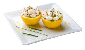 2 metades de limão siciliano recheados com bussarela de búfala, salpicados com grãos de alecrim e pimenta