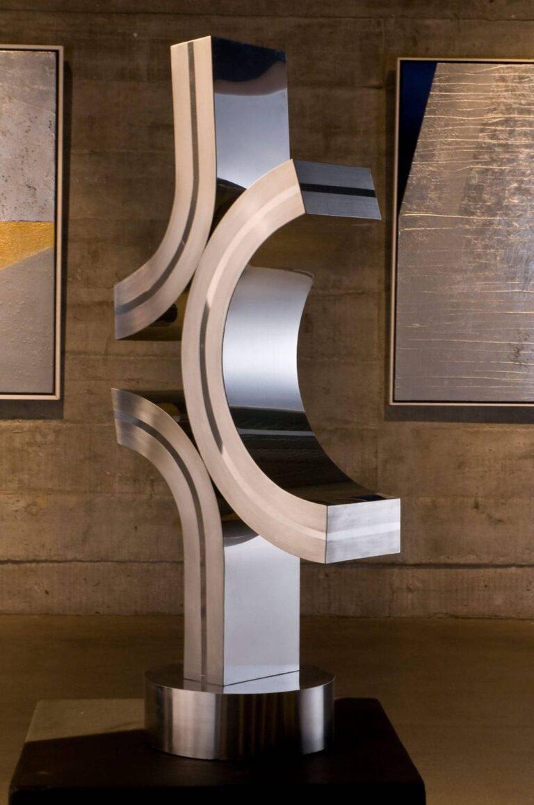 escultura em aço metalizado com formas circulares, do artista Yutaka Toyota, chamada espaço tensão