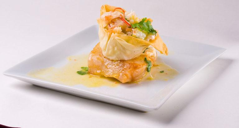 filé de hadoock, com cestinha de camarões e salsa, servido em prato quadrado de louça