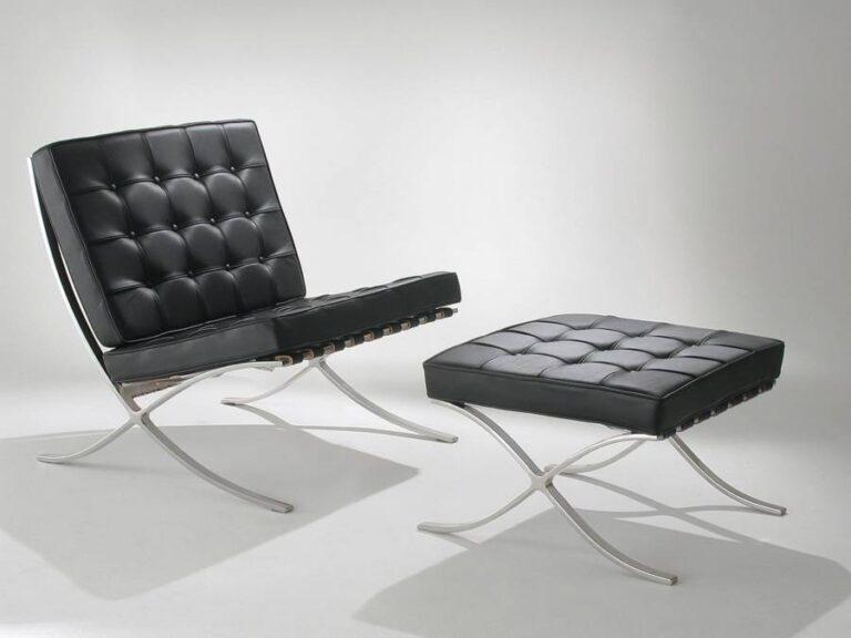 poltrona e banqueta com etofado em couro preto trabalhados com botões também pretos, pernas dos estofados com design moderno de cor prata