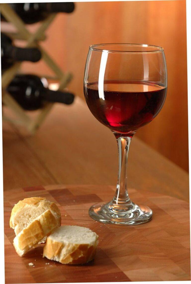 taça de vinho com torradas, sobre superfície de madeira