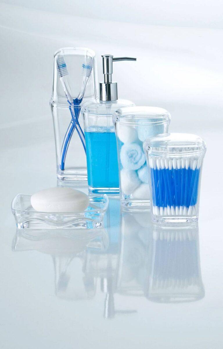itens de higiene pessoal em suportes de acrílico, em superfície clara e reflexiva