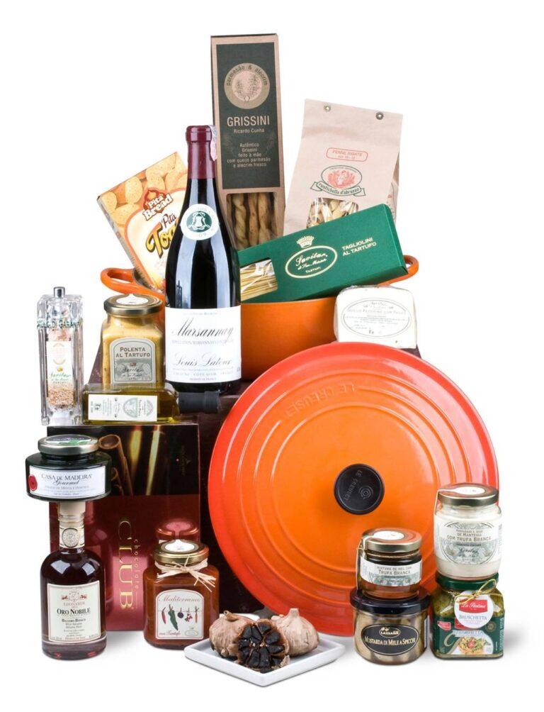 conjunto de alimentos importados diversificados com caçarola laranja