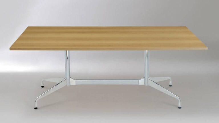 mesa com pernas de inox e tampo de mdf em cor de madeira tom bege, ambiente cinza claro