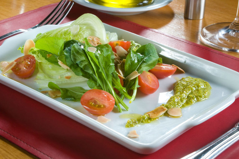 salada mista servida em prato retangular, sobre jogo americano 17/26