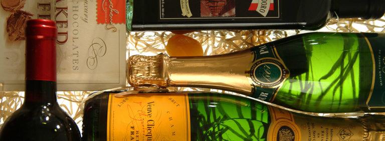 garrafas de champanhe com caixa de bombons, posicionadas lateralmente