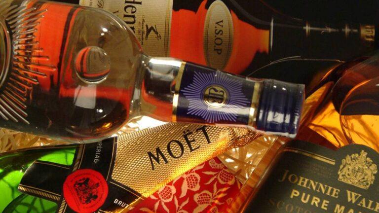 garrafas de bebidas importadas, sobrepostas