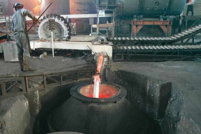 metal derretido sendo direcionado para caldeirão