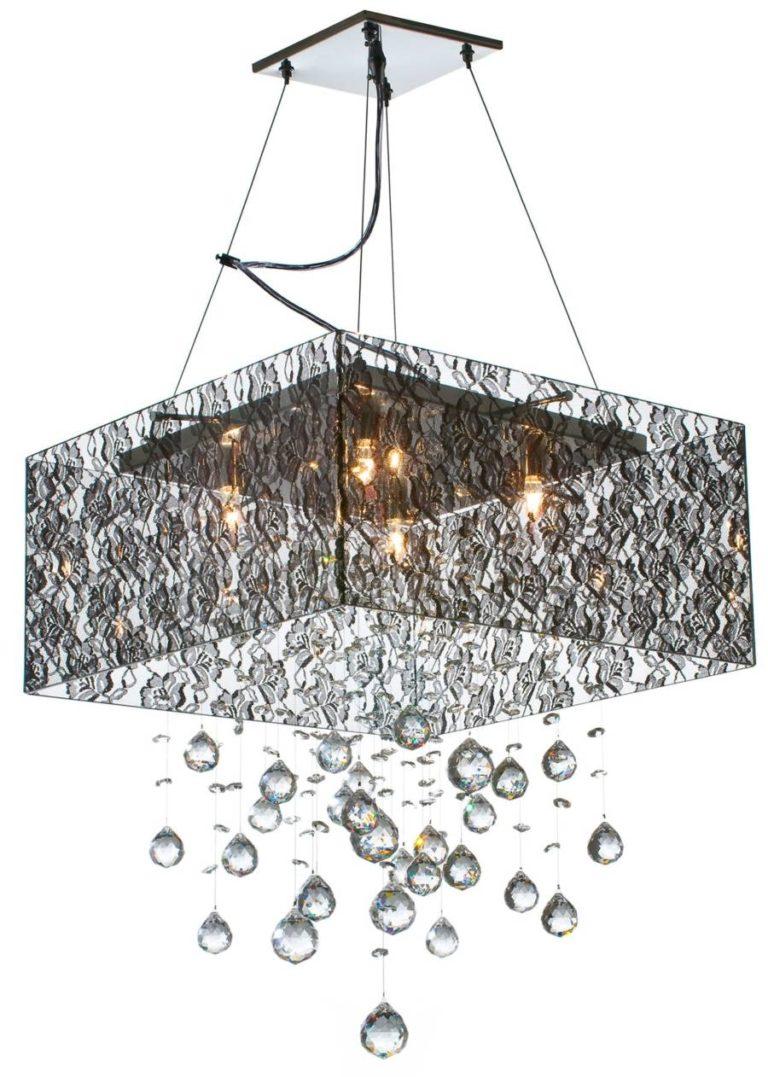 lustre quadrado com lampadas de luz quente acesas, laterais transparentes com flores bordadas, formatos de gotas pendentes da base do lustre