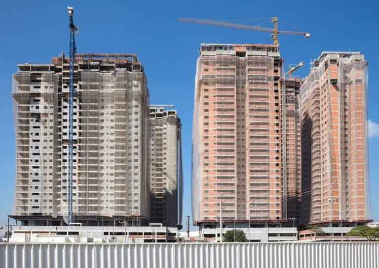 Cinco prédios em obras de conjunto habitacional