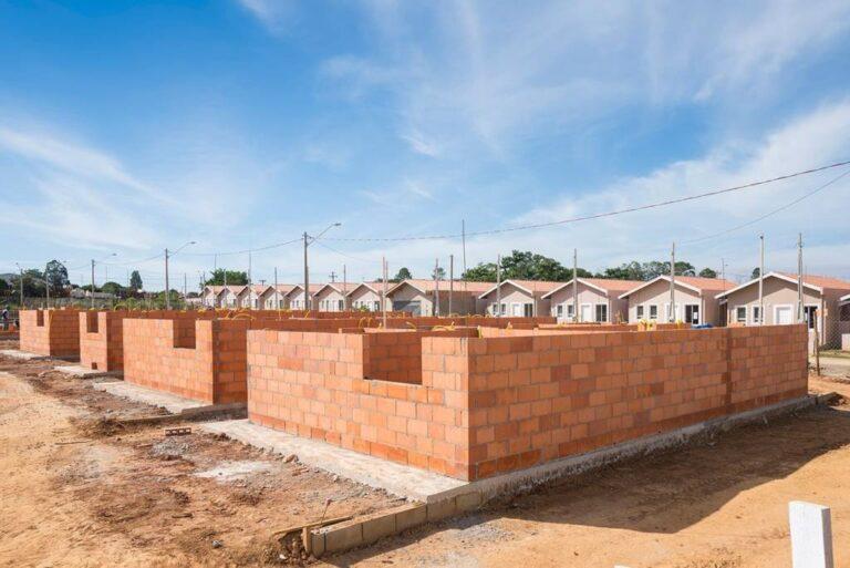 casas geminadas em processo de contrução em primeiro plano, e em segundo casas finalizadas