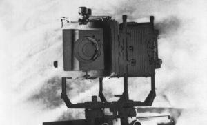 camera de foli antiga, em imagem preto e branco, com efeito de solarização