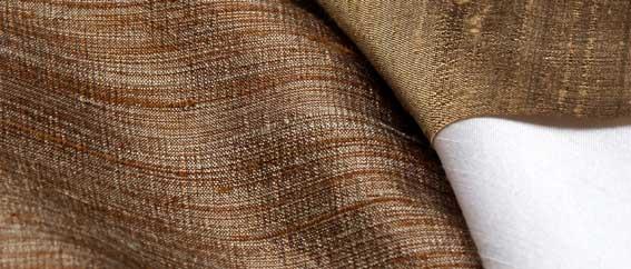 composição de tecidos marrom, dourado e branco cintilantes