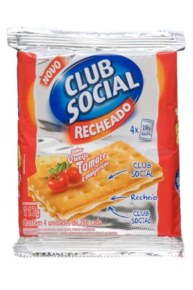 embalagem metalizada de clube social recheado sabor queijo, tomate e manjericão, sobre fundo branco