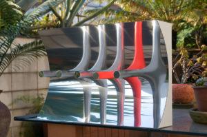 Escultura em metal de Yutaka Toyota exposta sobre uma mesa externa